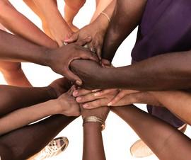 Eine Gruppe von vielfltigen Menschen bildet eine Einheit als Team